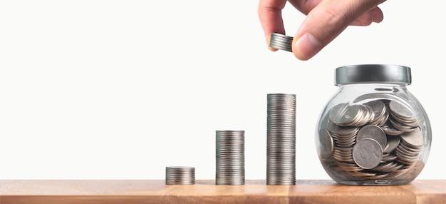 Munten die in verschillende posities op elkaar zijn gestapeld. munten in de hand zakelijk casual geld