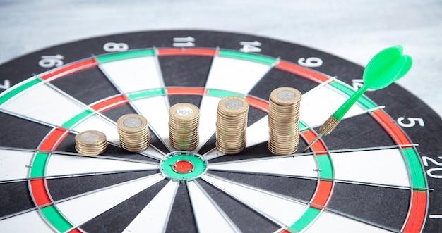 Munten en doel dartbord. bedrijfsstrategie.