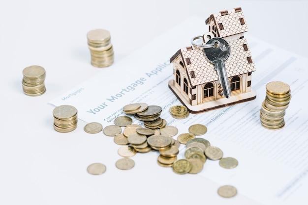Munten en sleutels op hypotheekaanvraag