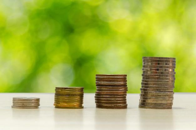 Munten gestapeld. muntenbesparingsplannen groeien. beheer financiële toekomst.
