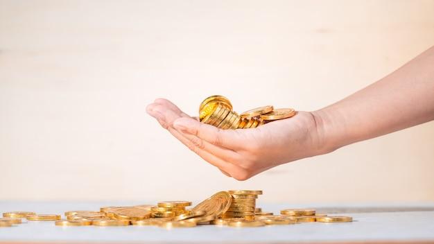 Munten in de hand, sparen, business opgroeien concept