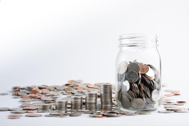 Munten in pot met geld stack stap groeiende groei geld te besparen, concept financiën zakelijke investeringen
