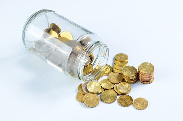 Munten morsen uit een glazen fles