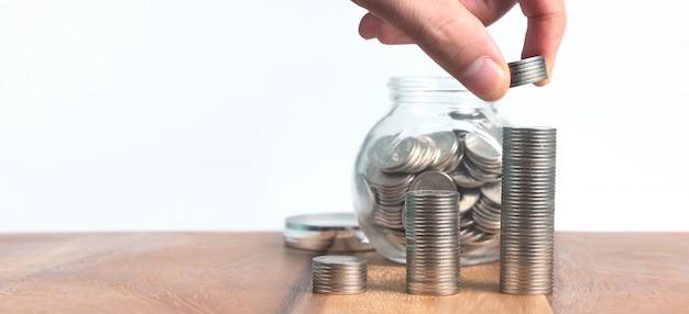 Munten op elkaar gestapeld in verschillende posities. munten in de hand zakelijke casual geld