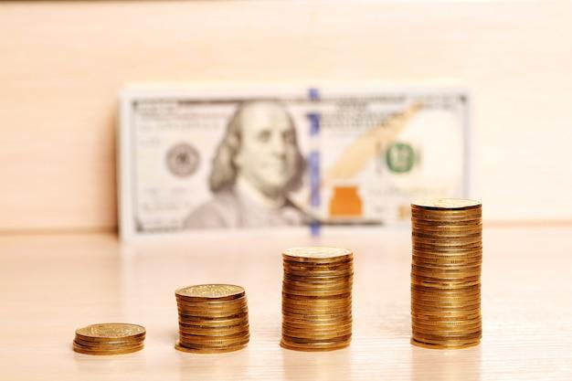 Munten op tafel en wazig dollars terug