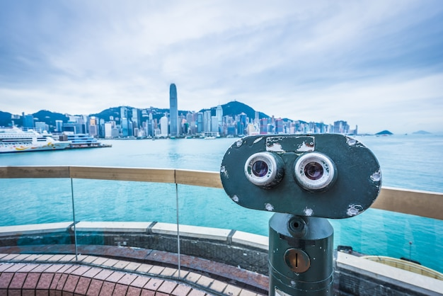 Muntenbediende telescoop in victoriahaven van hong kong, china.