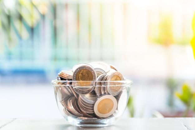 Muntengeld in glazen pot, spaarvarken, besparingen, valuta glazen bank voor fooien met geld
