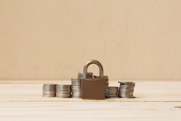 Muntgeldstapel en slot met ruimte voor tekstachtergrond. besparing en financieel veiligheidsconcept.