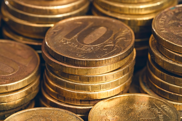 Muntstukken van tien roebel die in stapelsclose-up worden gestapeld