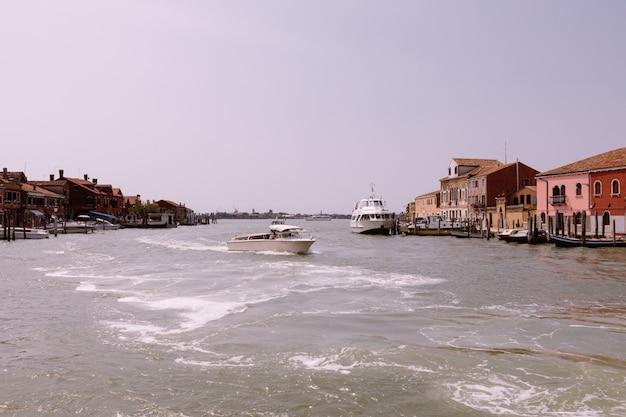 Murano, venice, italië - 2 juli 2018: panoramisch uitzicht op het eiland murano is een reeks eilanden verbonden door bruggen in de lagune van venetië, noord-italië. zomer zonnige dag en blauwe lucht