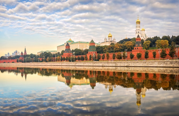 Muren en torens van het kremlin van moskou op een vroege windstille zomerochtend