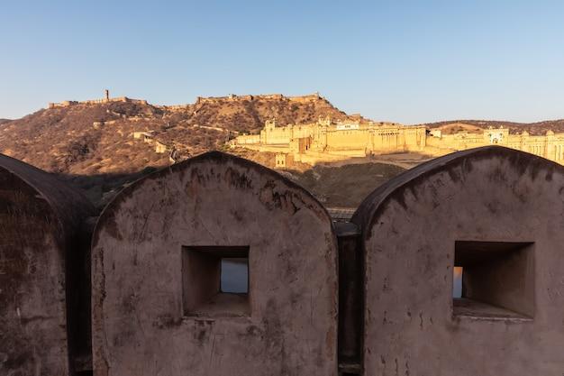 Muren van amer en amber fort-weergave, india, jaipur.