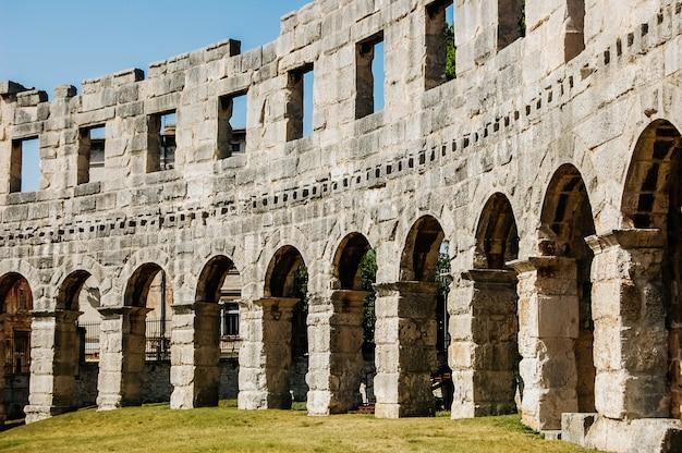Muren van de ruïnes van het pula coliseum. Premium Foto