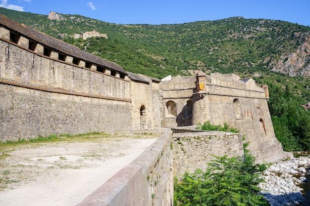 Muren van een middeleeuws kasteel tussen bergen. villefranche de conflent in frankrijk