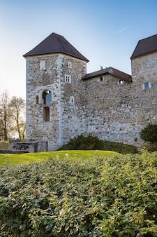 Muren van ljubljana castle, beroemde historische bezienswaardigheid in de hoofdstad van slovenië