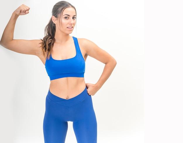 Muscle fitness vrouw die zich voordeed