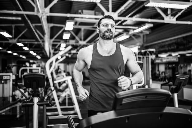 Muscle man loopt op loopband