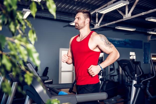 Muscle man loopt op loopband.