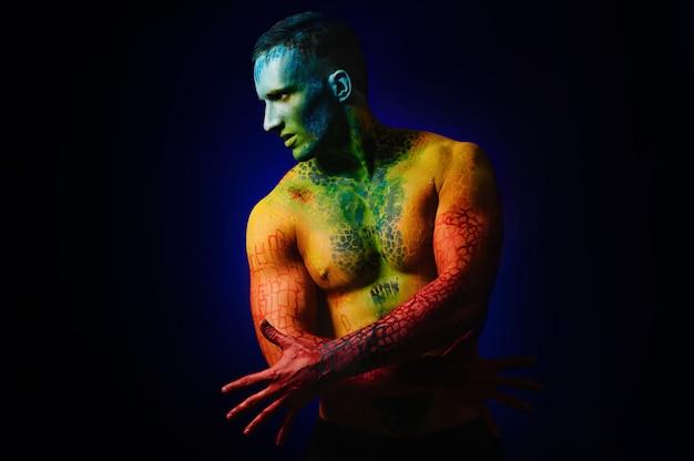 Muscle man met fantasie body art