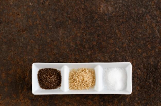 Muscovado bruine en gewone suiker