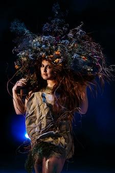 Muse uit het bos, staand in blauw licht en rook