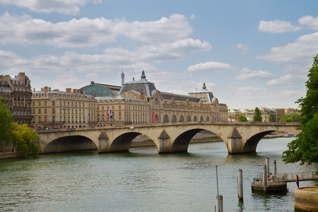 Musée d'orsay, pont royal en rivier de siene, parijs, frankrijk