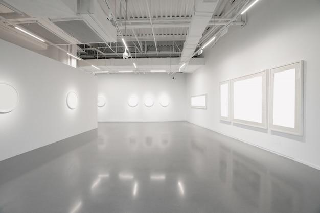 Museum voor moderne kunst. lege galerijbinnenruimte, witte muren en grijze vloeren