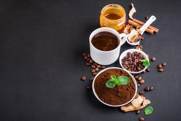 Mushroom chaga coffee superfood trenddroge en verse champignons en koffiebonen op donkere achtergrond met munt. koffiepauze