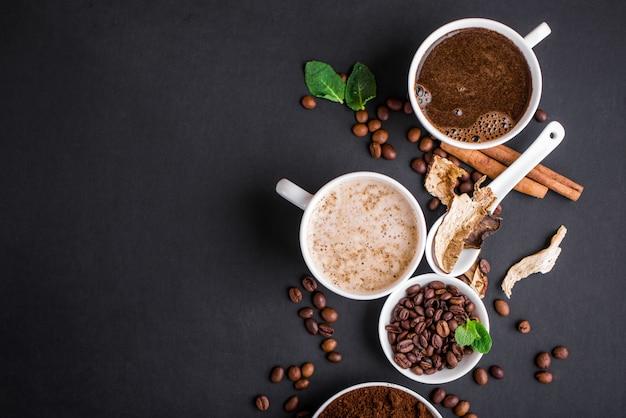 Mushroom chaga coffee superfood trenddroge en verse champignons en koffiebonen op donkere achtergrond met munt.