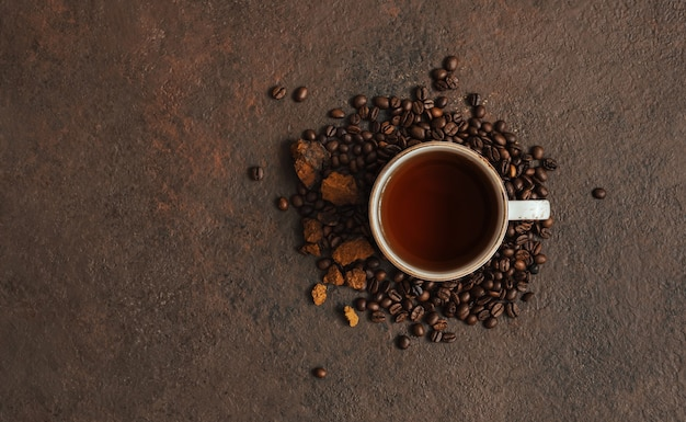 Mushroom chaga drankje met koffie op een donkere bruine achtergrond. trendy superfood. ruimte voor tekst. bovenaanzicht, plat gelegd.