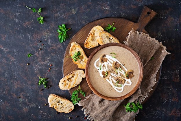 Mushroom crème soep. veganistisch eten. dieetmenu. bovenaanzicht. flat lat.