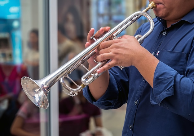 Musicus die de trompet speelt bij openlucht
