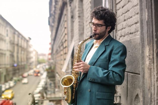 Musicus die op een saxofoon speelt