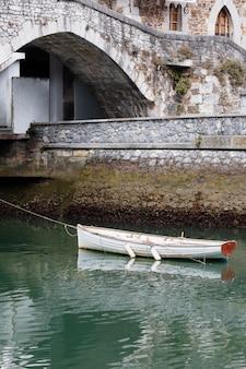 Mutriku stad uitzicht op het water met boot