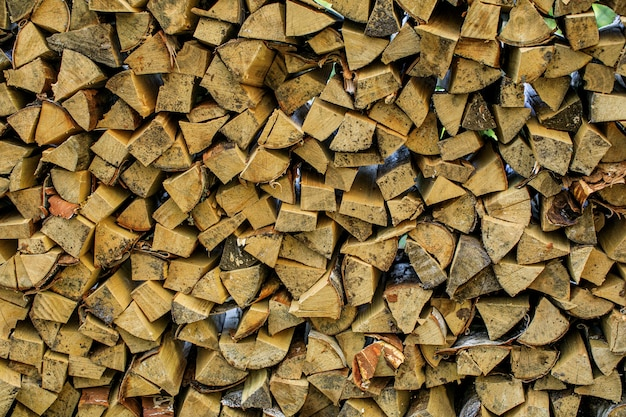 Muur brandhout, achtergrond van droge gehakte brandhout logboeken in een stapel
