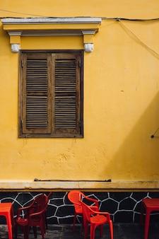 Muur en stoelen op straat in hoi an, vietnam