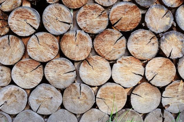 Muur gemaakt van gestapeld hout. achtergrond