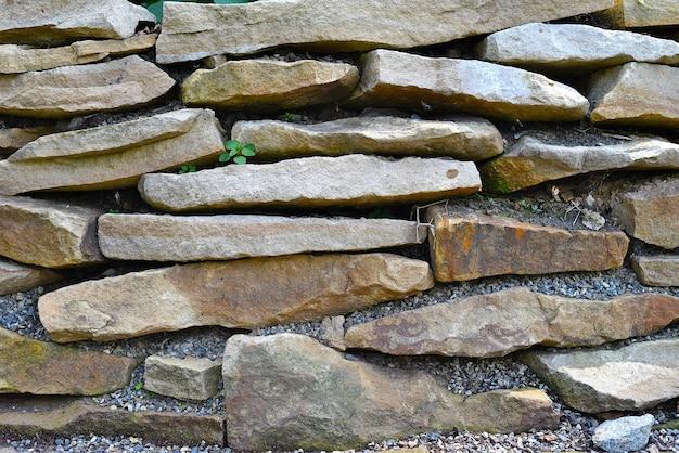 Muur gemaakt van platte stenen op een rij