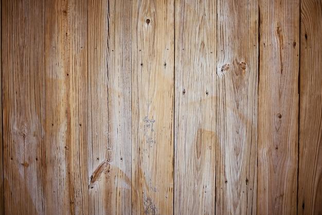 Muur gemaakt van verticale bruine houten planken