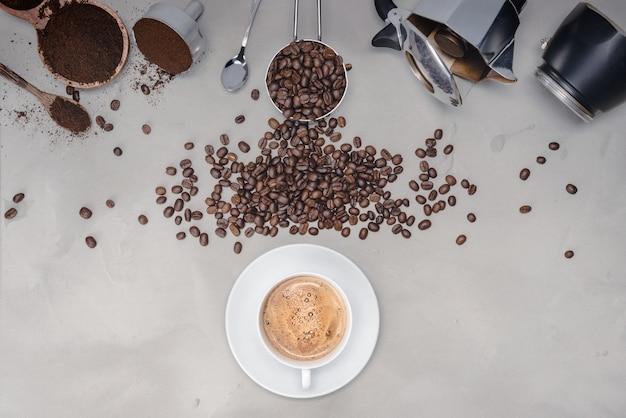 Muur met diverse soorten koffie, koffiebonen, kopje zwarte koffie, koffiezetapparaat apparatuur