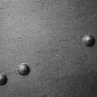 Muur met metalen schroeven