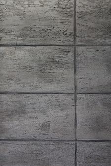 Muur met platen en geometrische lijnen