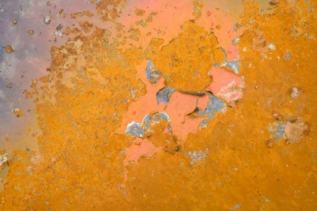 Muur met roest. oppervlak van geelbruin roestig metaal. roestig ijzer textuur