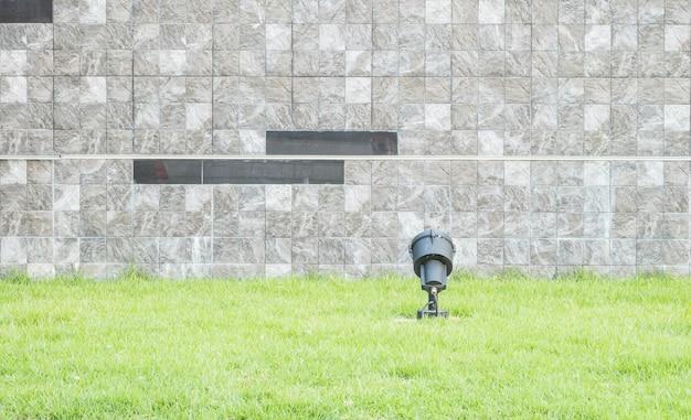 Muur van baksteen de marmeren steen met groene grastextuur