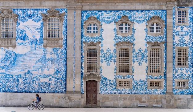 Muur van de carmo-kerk versierd met handbeschilderde tegels uit de 19e eeuw in porto, portugal.