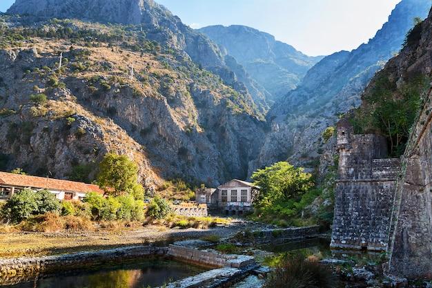 Muur van de oude stad van kotor in zon, montenegro.
