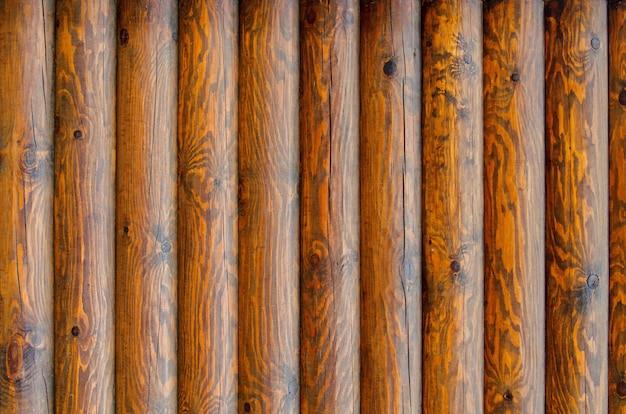 Muur van een blokhuismuur met textuur en houten knopenbuitenkant