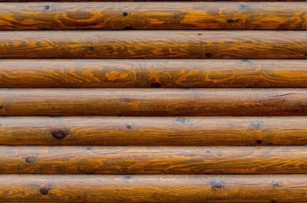 Muur van een muur van het logboekhuis met textuur en houten knopen buitenachtergrond