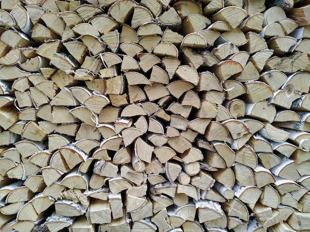 Muur van gestapeld brandhout. droge berk voor de oven. logs achtergrond