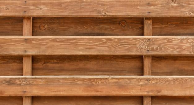 Muur van houten logboekenachtergrond die wordt gemaakt. houten balken hek textuur